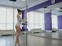 Sex-mad shaft dancer Irina Brovkina flashes her quite despondent booty by way of practice